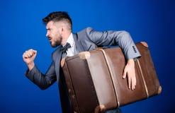 世纪偷窃  背景配件箱发运英俊查出在服务白色工作者 旅行和行李概念 有行李的行家旅客 行李保险 人 库存图片