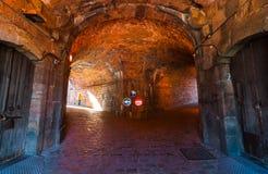 16世纪军事堡垒地下室在Montjuïc小山上面的古迹挖洞,在拜雷阿尔斯海附近在西班牙 库存照片