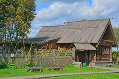 19世纪农村房子与一个围场的在木建筑学博物馆在苏兹达尔,俄罗斯 图库摄影