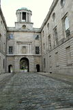 18世纪前议会安置和鹅卵石走道, Henrietta街,都伯林,爱尔兰, 2014年10月 免版税库存图片