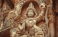 12世纪印地安建筑学  在传统风格的妇女跳舞在印度寺庙里面的被雕刻的装饰 库存照片