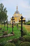 18世纪和坟园的圣徒彼得和保罗教会在Nikolsky Pereslavsky女修道院在Pereslavl-Zalessky,俄罗斯 免版税库存照片