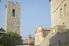 12世纪响铃塔和教会,安地比斯,法国 库存图片