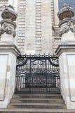 18世纪圣保罗大教堂,装饰门,伦敦,英国 免版税库存照片
