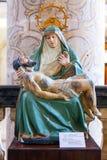 17世纪圣母怜子图雕象在新生Misericordia教会里 免版税库存图片
