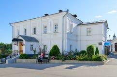 18世纪圣洁Bogolyubsky修道院,弗拉基米尔地区,俄罗斯的修道院长议院  免版税图库摄影