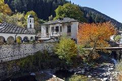 19世纪圣Theotokos圣洁主教堂和圣Panteleimonas学校在Shiroka Laka,保加利亚镇  图库摄影