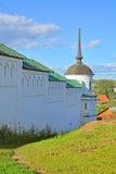 18世纪塔和墙壁Borisoglebsk修道院在Torzhok市,俄罗斯 库存照片