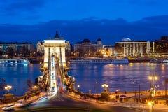 19世纪塞切尼链桥塞切尼Lanchid和布达佩斯都市风景在晚上 布达佩斯,匈牙利 免版税库存图片