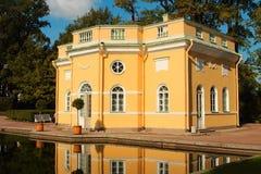 18世纪夏天亭子。俄罗斯,圣彼德堡, Tsarskoye Selo。 免版税库存照片