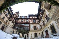 19世纪宫殿的内地庭院在喀尔巴阡山脉 Sinaia,罗马尼亚 在冬天 库存照片