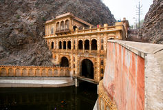 18世纪寺庙的墙壁在山的 免版税库存照片