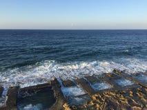 19世纪岩石削减了在Meiterrranean海岸的室内游泳池 库存照片
