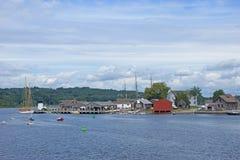 19世纪帆船和河沿码头 图库摄影