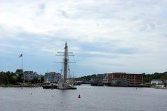 19世纪帆船和河沿码头 免版税库存照片