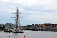 19世纪帆船和河沿码头 免版税库存图片