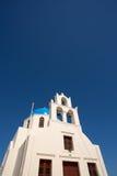 18世纪教会和它的特别蓝色半球形的钟楼 免版税库存图片