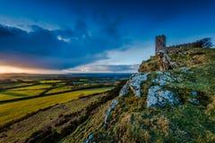 13世纪教会在Brentor,在小山上面的英国 免版税库存照片