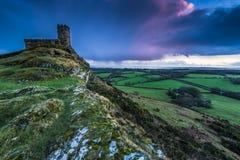 13世纪教会在Brentor,在小山上面的英国 图库摄影