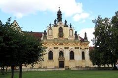 17世纪教会属于城堡Mnichovo HradiÅ ¡ tÄ› 库存图片
