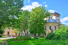 16世纪无效Voskresensky女修道院庭院在Torzhok市,俄罗斯 免版税库存图片