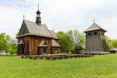18世纪木教会在露天博物馆,农村风景, Tokarnia,波兰 免版税库存照片