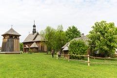 18世纪木教会在露天博物馆,农村风景, Tokarnia,波兰 免版税库存图片