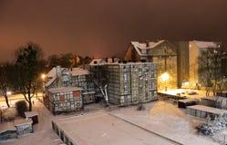 19世纪木构架房子在冬天晚上 免版税库存照片
