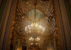 18世纪枝形吊灯通过镜子 免版税库存图片