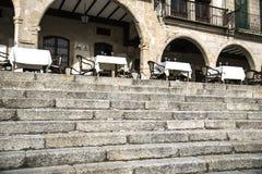 16世纪楼梯和拱廊,与餐馆桌 免版税库存照片