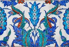 16世纪瓦片的蓝色花卉样式在古色古香的土耳其样式的 库存图片