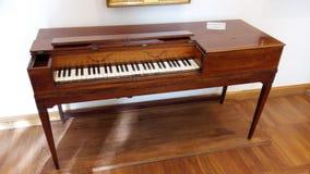 19世纪的古老古色古香的钢琴 免版税库存照片
