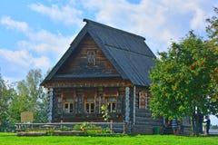 19世纪的可怜的农民议院在木建筑学博物馆在苏兹达尔,俄罗斯 库存照片