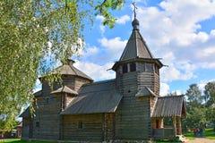19世纪的复活的教会旁边门面在木建筑学博物馆在苏兹达尔,俄罗斯 免版税库存图片