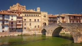 12世纪的巴尔德罗夫雷斯村庄,与它的medival bridg 免版税库存照片