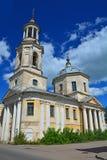 19世纪的教皇Kliment的古老教会与belltower的在Torzhok市,俄罗斯的中心 库存图片