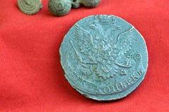 18世纪的老俄国硬币在红色布料,罕见的硬币收集的 库存照片