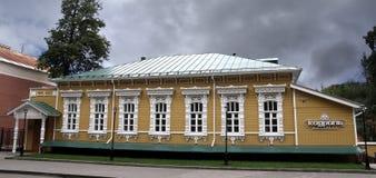 19世纪的老木房子在奔萨 库存照片