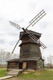 18世纪的老木风车在苏兹达尔 库存照片