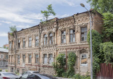 19世纪的被放弃的大厦与生长树的  库存照片
