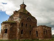 18世纪的被毁坏的老东正教 免版税图库摄影
