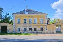 18世纪的结尾的老豪宅在Bakunina街道上的在Torzhok市,俄罗斯 库存照片