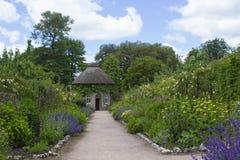 19世纪盖了围绕美丽的花床和石渣道路包围的房子在被围住的庭院里在西部教务长 免版税库存图片