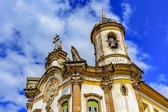 18世纪看法的古老的天主教堂门面从下面 免版税图库摄影
