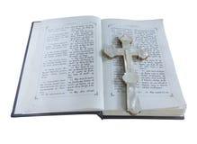19世纪老圣经和十字架被隔绝在白色 免版税库存照片