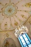 18世纪蓝色窗口在一间金黄屋子 免版税图库摄影