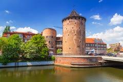 15世纪设防塔和门对格但斯克老镇  免版税库存图片