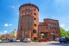 15世纪设防塔和门对格但斯克老镇  免版税库存照片