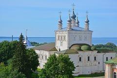 17世纪诸圣日教会看法从belltower的在Dormition Goritsky修道院里在Pereslavl-Zalessky,俄罗斯 图库摄影