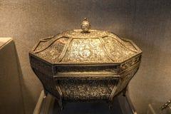 19世纪银色凿子纹章庭院形象八角型箱子 免版税图库摄影